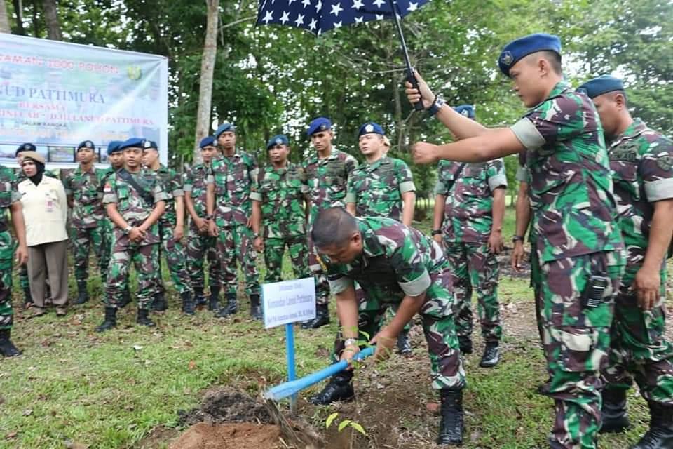 Personil Lanud Pattimura Tanam Seribu Pohon