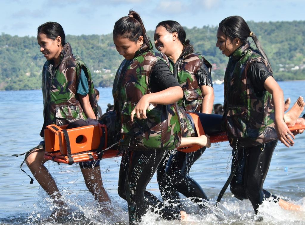 Ratusan Mahasiswa Keperawatan UKIM Latihan Evakuasi Medis Laut
