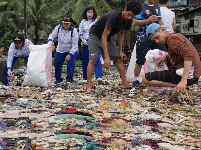 Jalasenastri Lantamal Ambon Turut Bersihkan Pantai Batu Merah