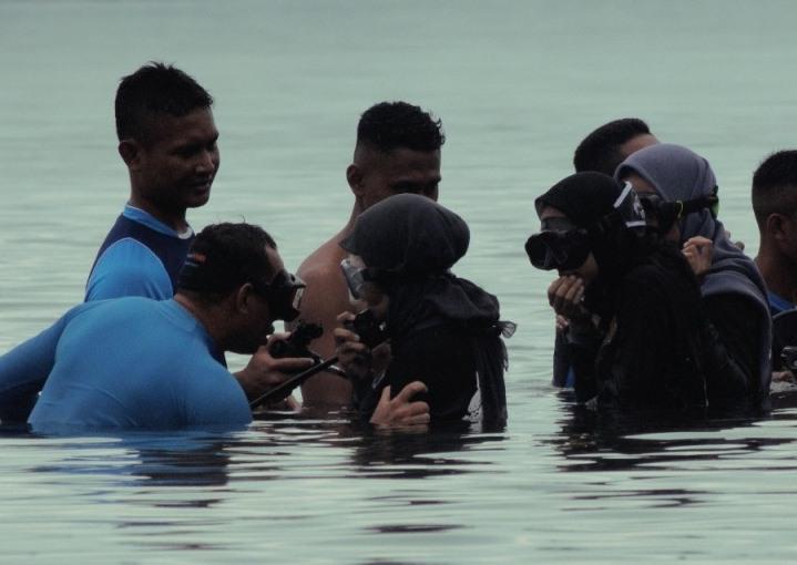 Mahasiswa Poltekkes Kemenkes Maluku Belajar Evakuasi Medis Laut & Selam Dasar