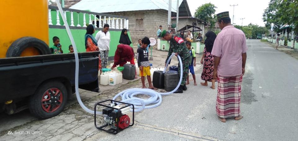 Babinsa Koramil 1503-01/Tual Bantu Warga Distribusi Air Bersih