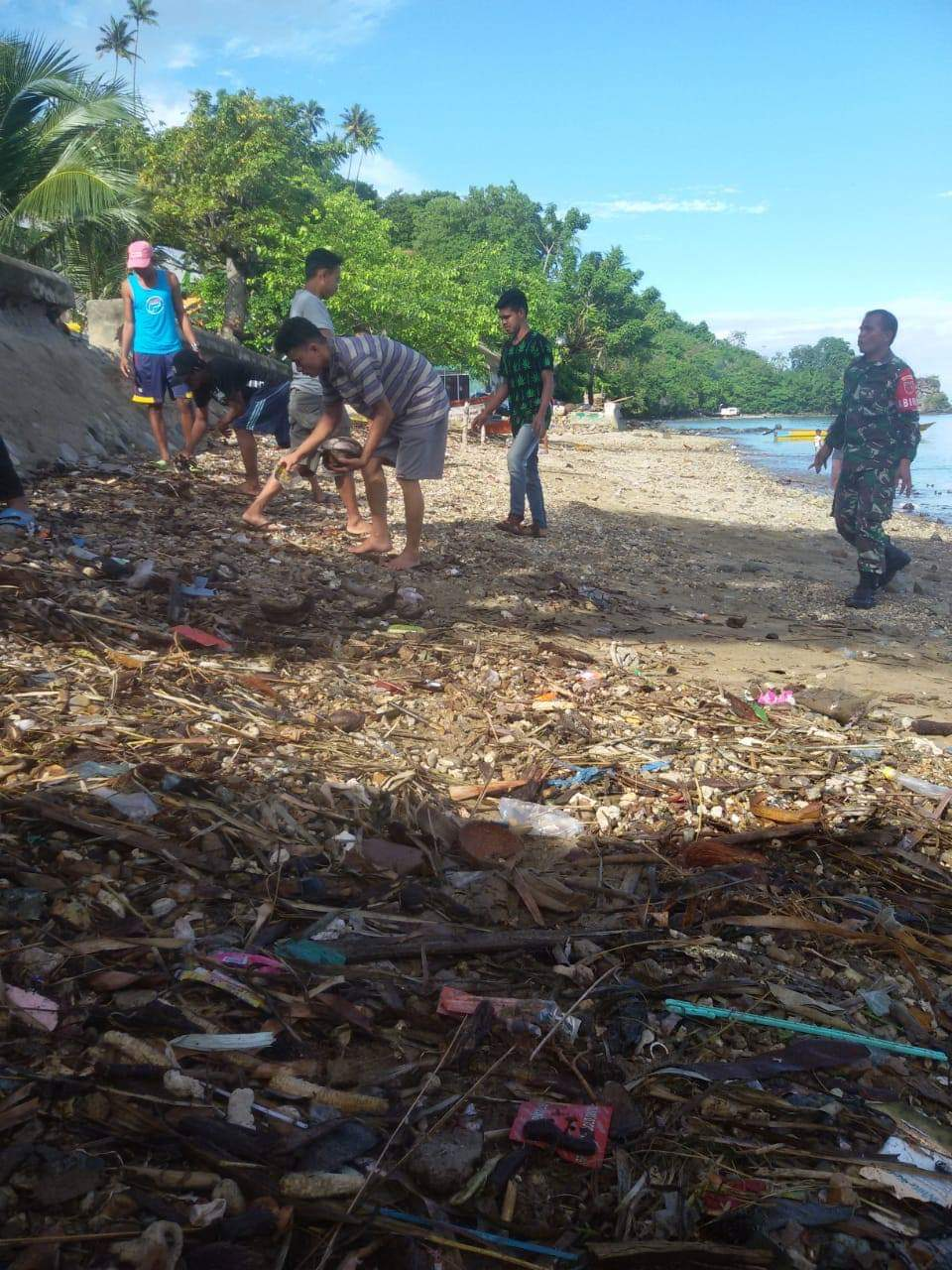 Peduli Terhadap Lingkungan, Babinsa Pelopori Bersih Pantai