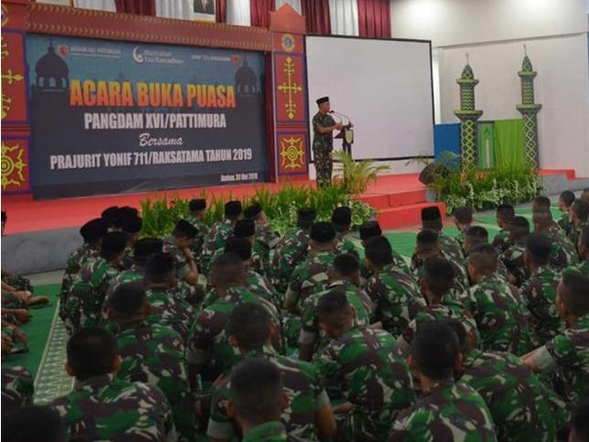 Akhiri Tugas di Maluku, Prajurit Yonif 711/Raksatama Buka Puasa Bersama Pangdam Pattimura