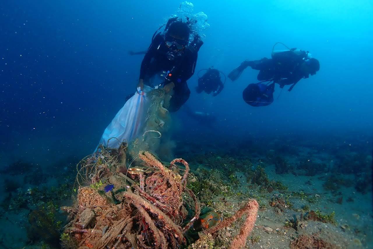 MCC Angkat 79 Kg Sampah Bawah Laut di Negeri Laha