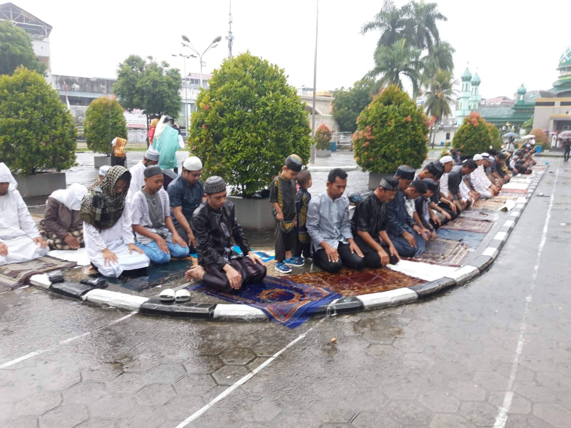 Hujan Warnai Shalat Idul Fitri di Masjid Raya Alfatah