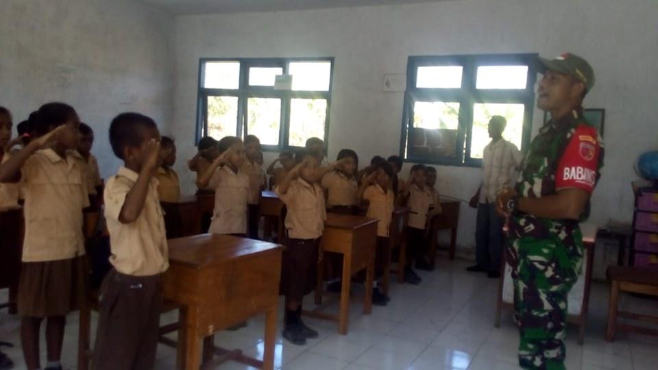 Peduli Pendidikan, Babinsa Mengajar di SDN Latulola Besar