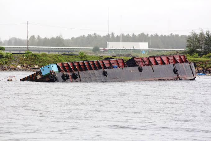 Kapal Tongkang Bawa Bijih Besi Terbalik, 1 Kru Hilang, 1 Tewas