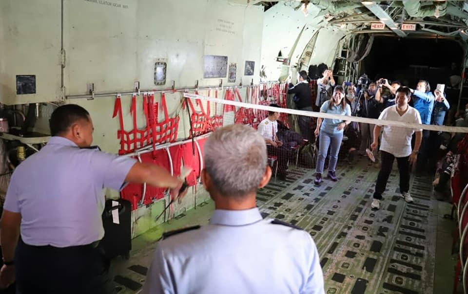 Serunya Main Bulutangkis Kabin Pesawat Hercules Saat Terbang