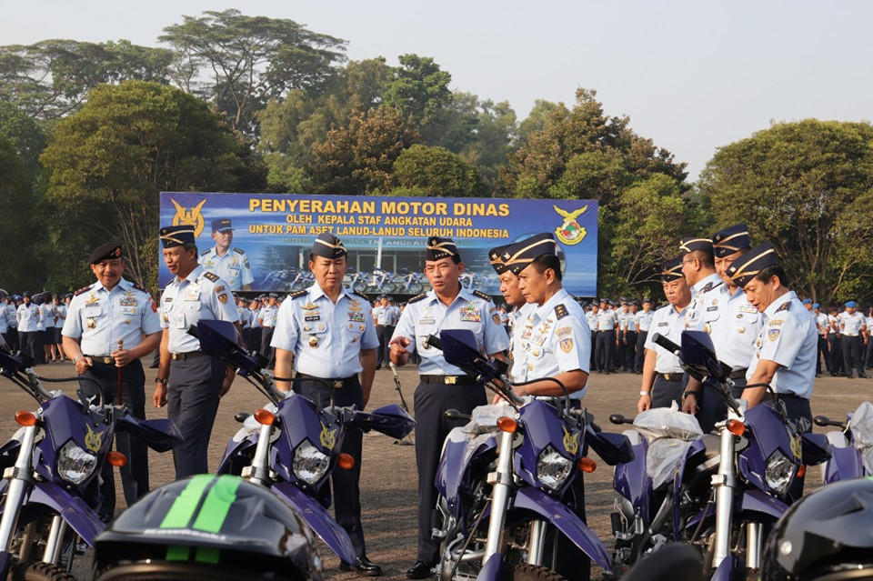 Kasau Serahkan Sepeda Motor Patroli Aset Lanud