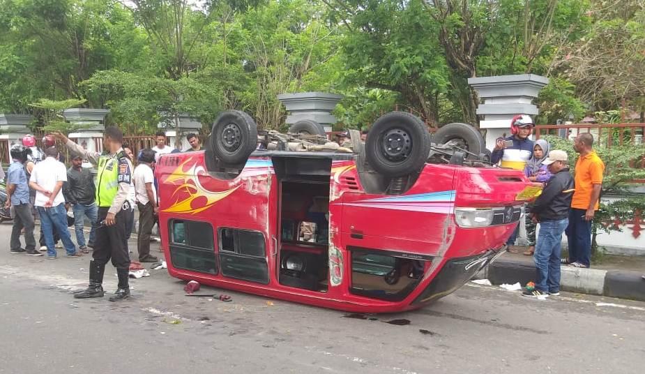 Mobil AKDP Trayek Liliboi Terbalik, Dua Penumpang Luka Parah