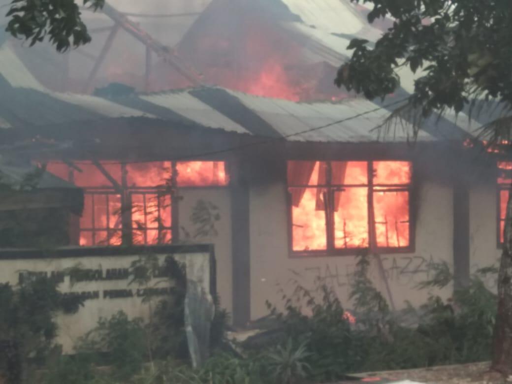 SMP Karel Sadsuitubun Dilalap Api