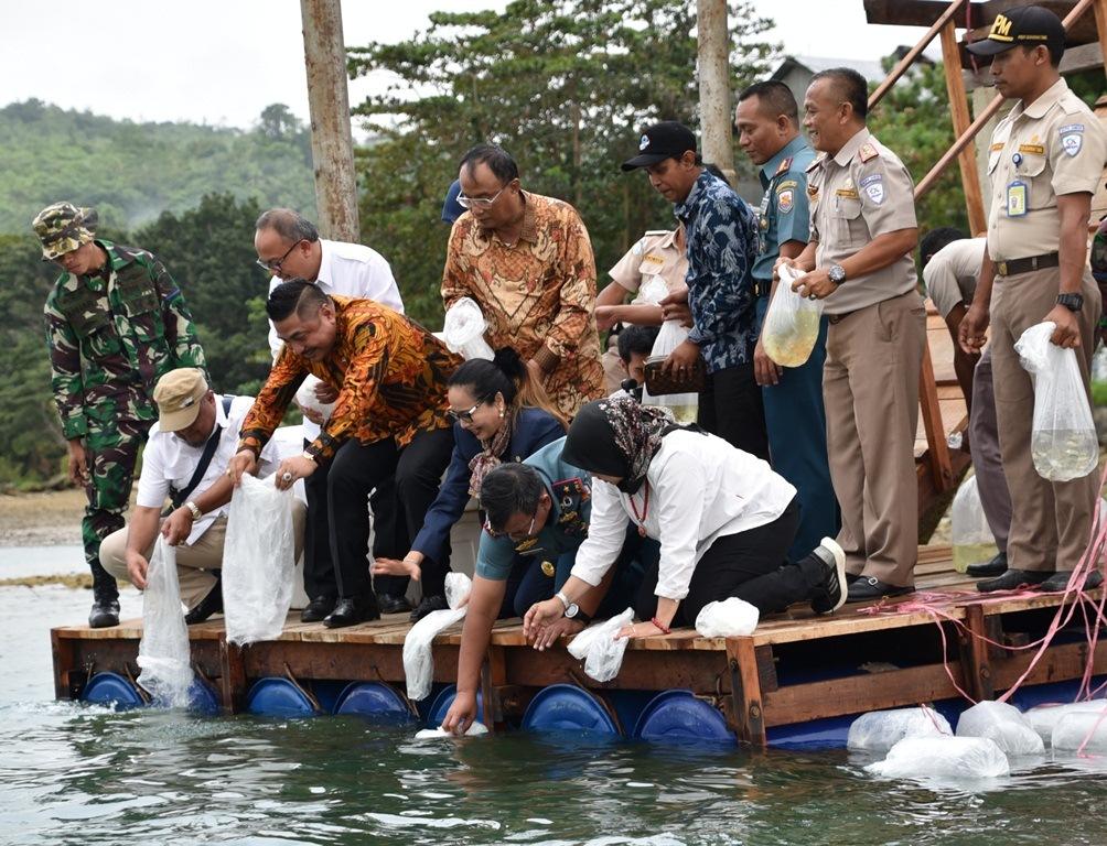 Danlantamal Ambon & Wakil Ketua Komisi IV DPR RI Tebar Benih Ikan