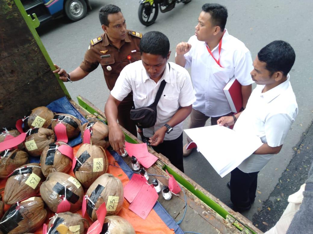 Polisi Serahkan 3 Tersangka dan Barang Bukti 72 Buah Kelapa Berisi Merkuri ke Jaksa