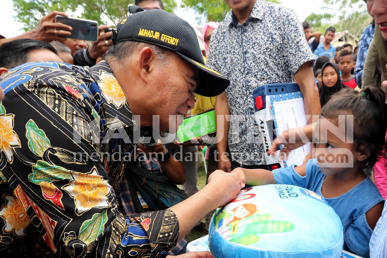 Mendikbud Serahkan Bantuan untuk Siswa Korban Gempa Pulau Ambon