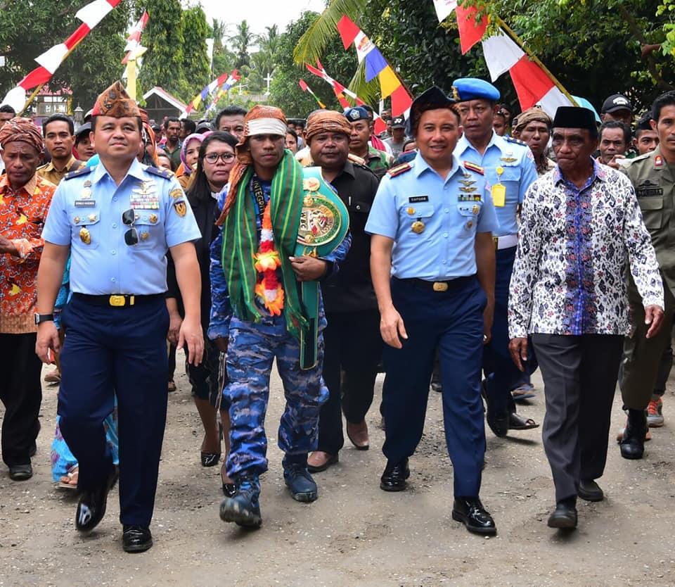 Juara Tinju Asia, Ongen Saknosiwi Dapat Bonus Pulang Kampung ke Namlea Diantar Pesawat TNI AU