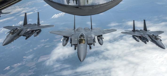 Duh! 2 Penerjun Payung Nyaris Tabrakan dengan Jet F-15