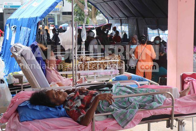 Dampak Gempa, Pasien RSUD Haulussy Dirawat di Tenda