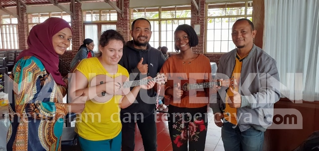Mahasiswa Sudan, Kongo & Ukraina Belajar Main Ukulele di Ambon