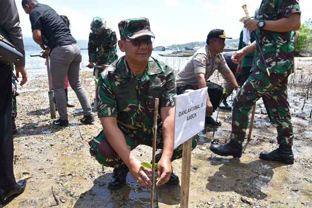 'Selamatkan Bumi untuk Anak Cucu Kita', TNI-Polri dan Warga Tanam 5.800 Mangrove di Ambon