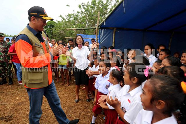 Pastikan Penanganan Tanggap Darurat, Kepala BNPB Tinjau Pengungsi di Pulau Haruku