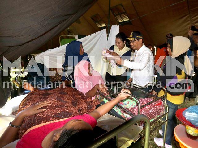 Tinjau Rumah Sakit Lapangan, Wagub Maluku Beri Nama Bayi Muhammad Abas Orno Pellu