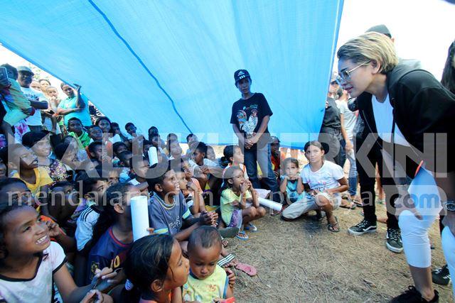 Nikita Mirzani Kunjungi Anak-anak Pengungsi Terdampak Gempa di Negeri Waai