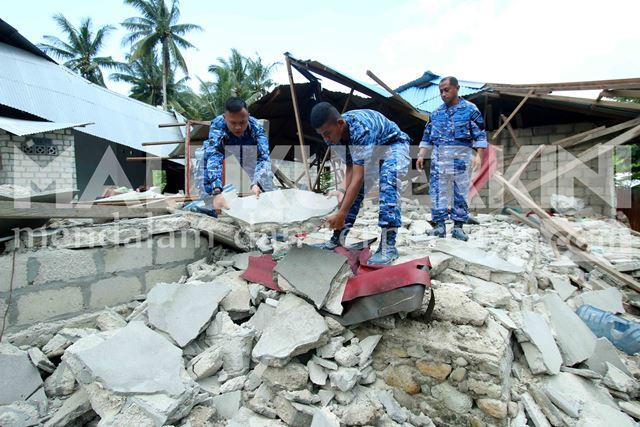 Personel Lanud Pattimura Bantu Warga Bersihkan Puing-puing Rumah Pasca Gempa