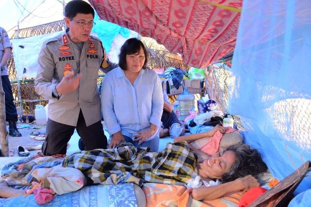 Kapolda Maluku Jenguk Penderita Kanker di Tenda Pengungsian