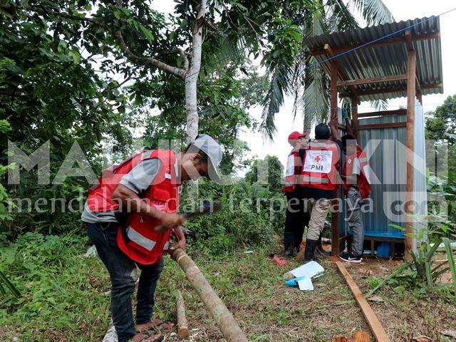Pasca Gempa, PMI Maluku Bangun MCK Darurat bagi Pengungsi di Desa Waai