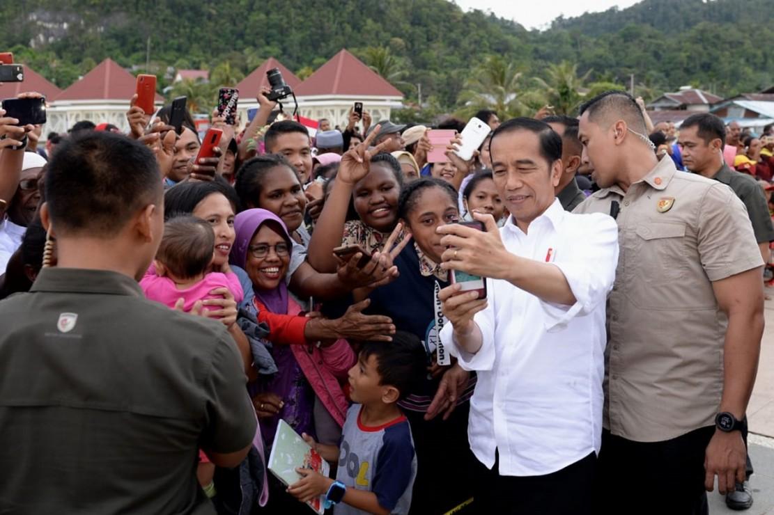 Pulang dari Papua, Presiden Kunjungi Pengungsi di Maluku