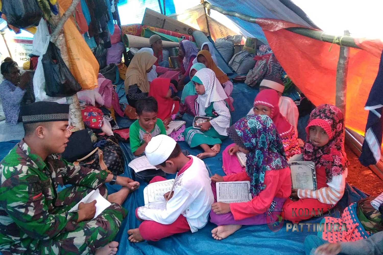Tingkatkan Ketaqwaan, Prajurit Satgas TNI Ajari Anak-anak Mengaji di Tenda Pengungsian