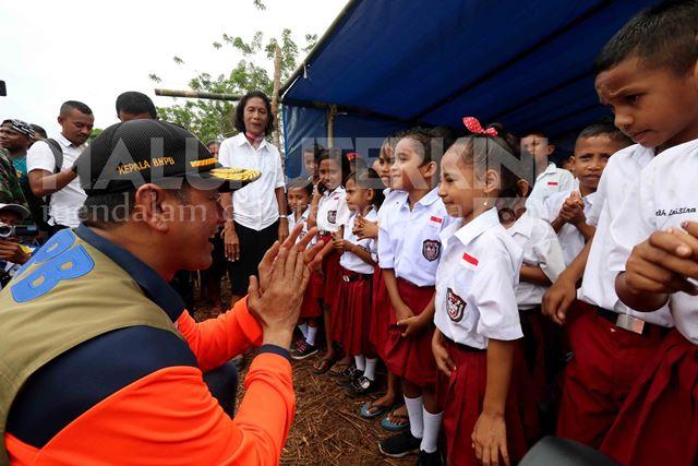 Kepala BNPB Semangati Anak-anak Terdampak Gempa yang Sekolah di Tenda Pengungsian