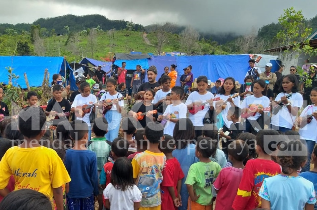Pasca Gempa, Amboina Ukulele Kids Community Semangati Anak-anak Pengungsi Waai