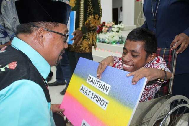 Safari Natal di Malra – Tual, Gubernur Maluku Bantu Penyandang Disabilitas
