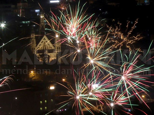 Kembang Api Warnai Langit Kota Ambon di Malam Natal
