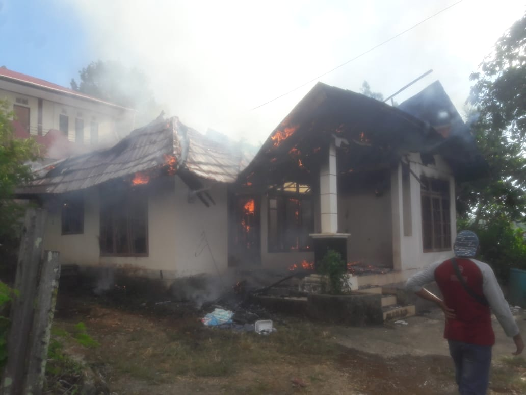 Diduga Akibat Petasan, Rumah Warga Gunung Nona Dilalap Api