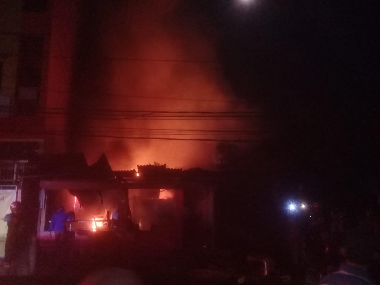 4 Rumah Warga & 1 Kios di Jalan Yan Paays Dilalap Api