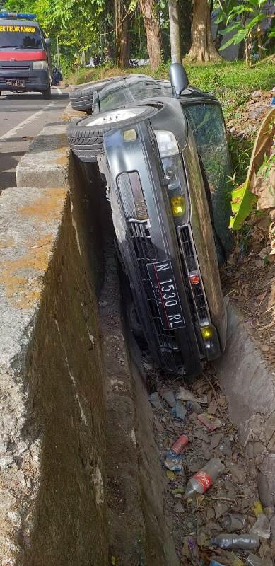 Pengemudi Ngantuk, Mobil Masuk Selokan di Hunuth