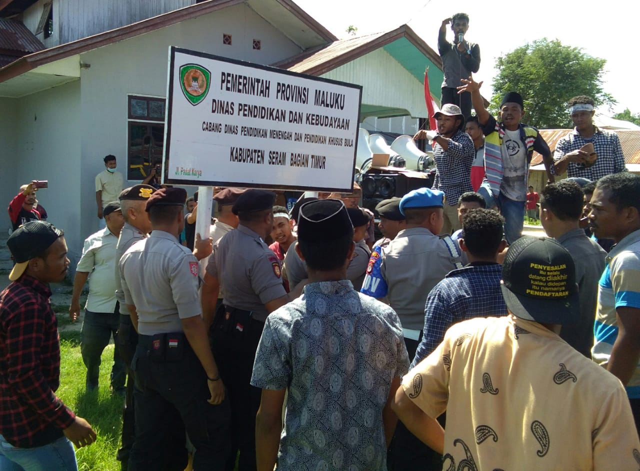 SMAN 13 SBT Krisis Guru, Puluhan  Pemuda Demo di Bula