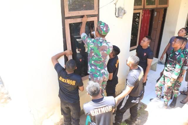 Usai Salah Paham, Personel Brimob & Yonif 734/SNS Perbaiki Kerusakan Asrama Polres