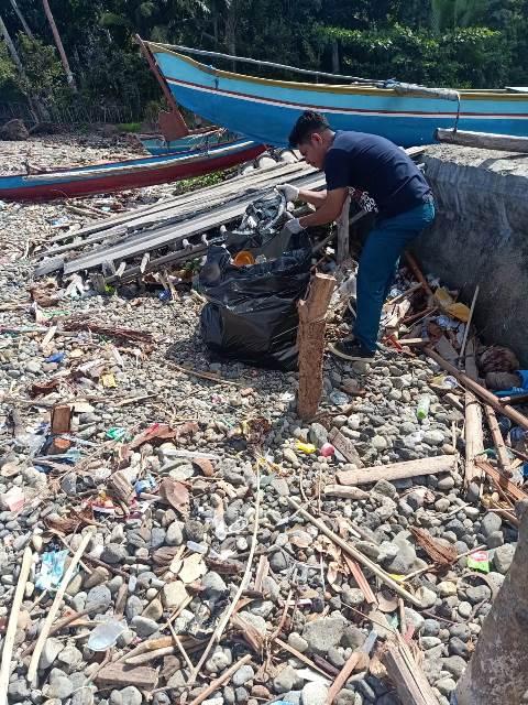Mahasiswa STIKES Maluku Husada Bersihkan Pesisir Pantai Ureng