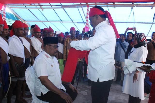 Gubernur Maluku Jadi Anak Adat Raja Wanu Kai Sia