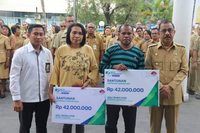 BPJamsostek Maluku Serahkan Santunan Kepada Ahli Waris Petugas Kebersihan