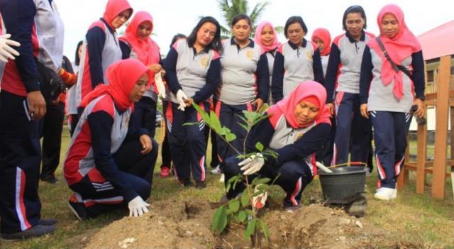 Bhayangkari Brimob Polda Maluku Tanam Ratusan Anakan Pohon