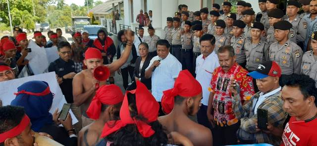 Warga Demo di DPRD Maluku Tuntut Hentikan Aktivitas CV SBM