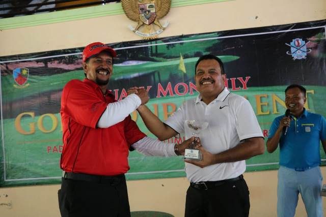Ketua Kadin Maluku Raih 'Best Nett Overall' Turnamen Golf Lanud Pattimura