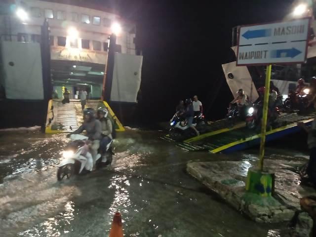 Dermaga Pelabuhan Hunimua Tertutup Air Pasang