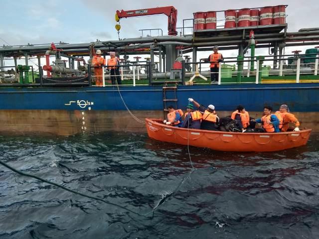 Kapal Tanker Pengangkut Ratusan Ribu Liter BBM Bocor