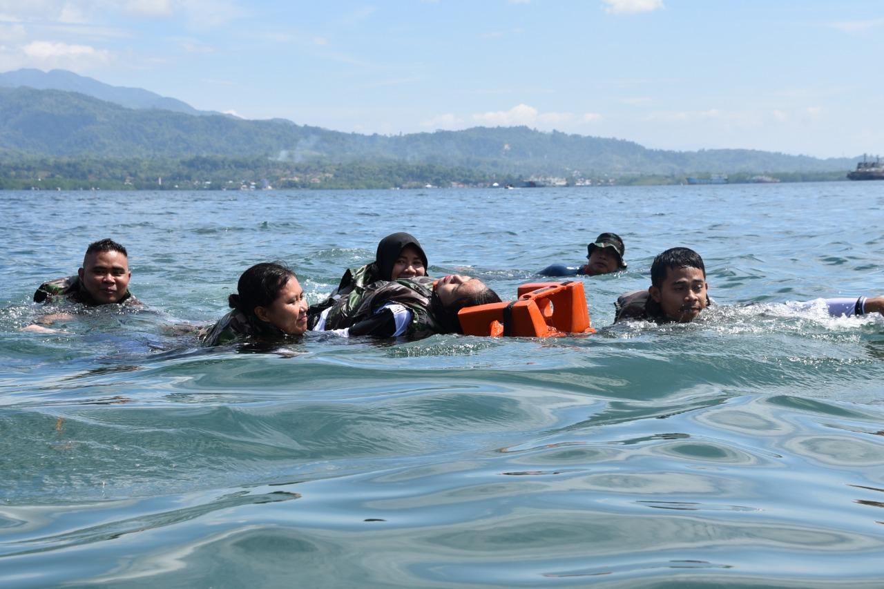 Lantamal Ambon Latih Mahasiswa STIKES Maluku Husada Evakuasi Medis Laut