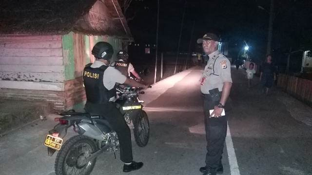 Antisipasi Gangguan Kamtibmas, Polsek Leihibar Patroli Malam di Larike